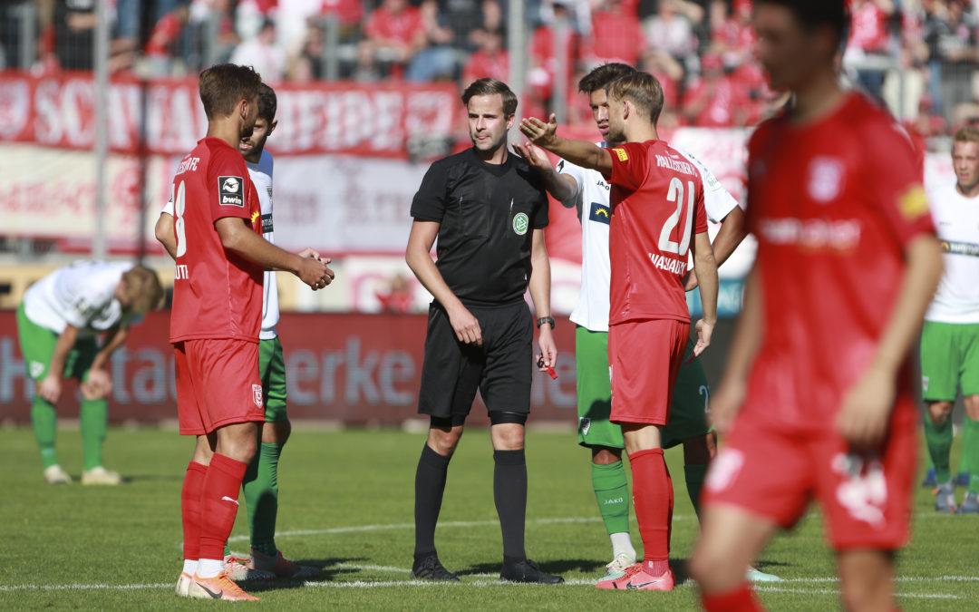 Zweitliga-Referee Michael Bacher pfeift in Köln