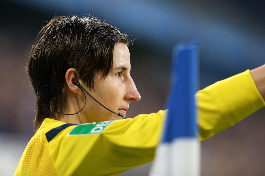 FIFA-Referee Katrin Rafalski pfeift gegen Würzburg